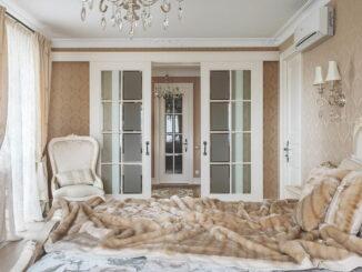 Дверь межкомнатная со стеклом в интерьере
